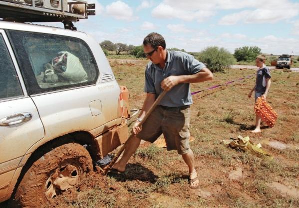 лопата — отличный инструмент, который стоит брать с собой, отправляясь за город в любое время года.