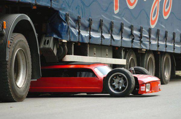 """Flatmobile - самый низкий автомобиль в мире, он с легкостью может пройти под """"фурой"""""""